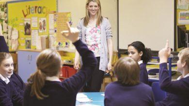 prof-enseignante-en-classe-avec-eleves