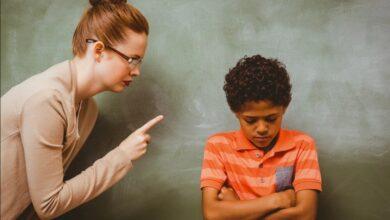 enseignante réprimande un élève