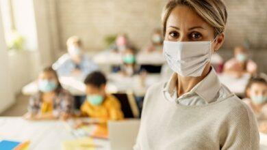 enseignante élèves masques en classe