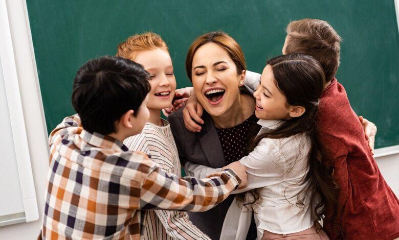professeure embrassante ses élèves